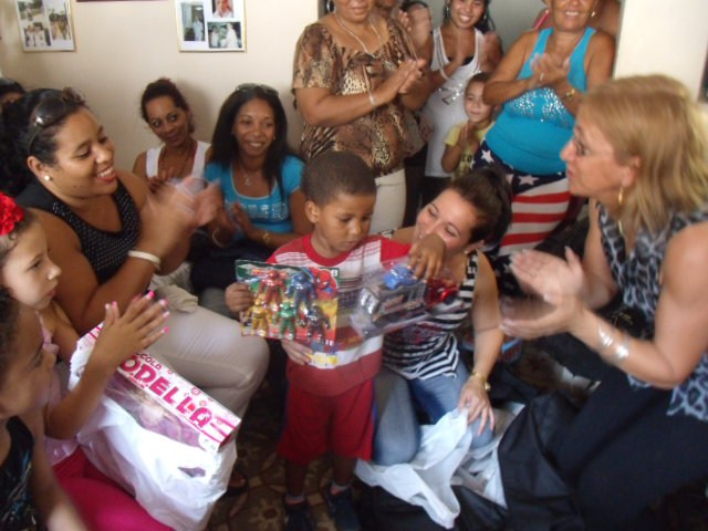 Damas de Blanco sorprenden a niños y madres durante la Semana Santa