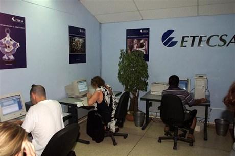 Cubanos dentro y fuera de la isla exigen al gobierno cubano que abra el libre internet al pueblo