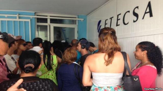 Cubanos tienen que irse a los extremos sólo para obtener conexión a Internet.